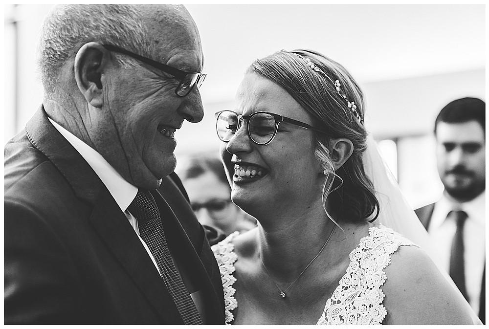 Opa und Braut bei Gratulation lachen