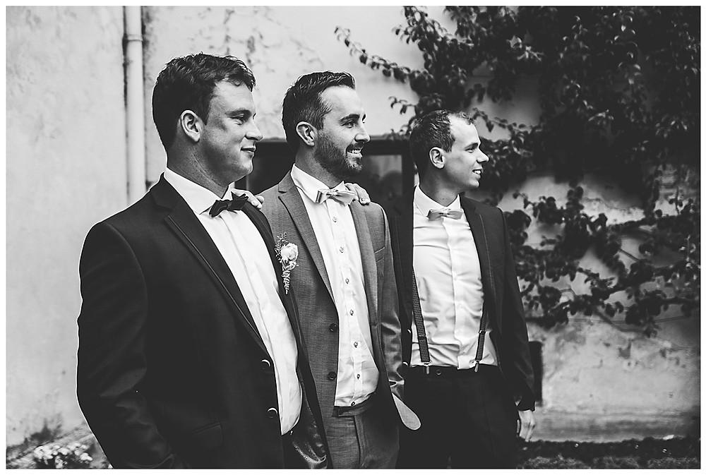 Bräutigam und seine Begleiter stehen