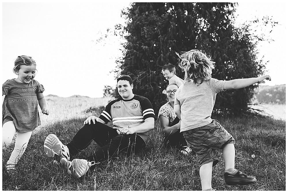 Kinder rennen um Mama bei Familienshoot