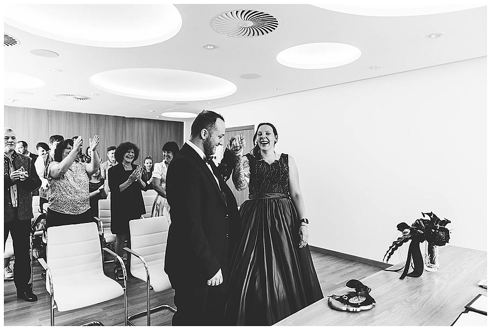 Bräutigam feiert seine Braut