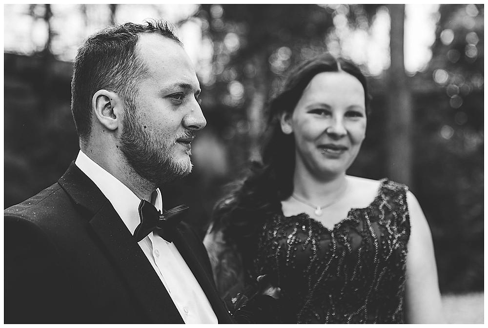 Brautpaar Fotoshooting Gaswerk schaut sich an