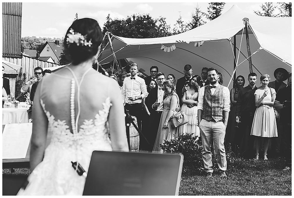 Braut singt an Hochzeit ein Lied