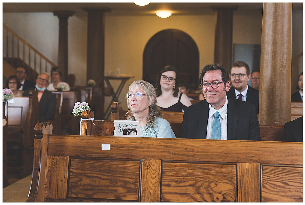 Eltern der Braut in Kirche lächeln