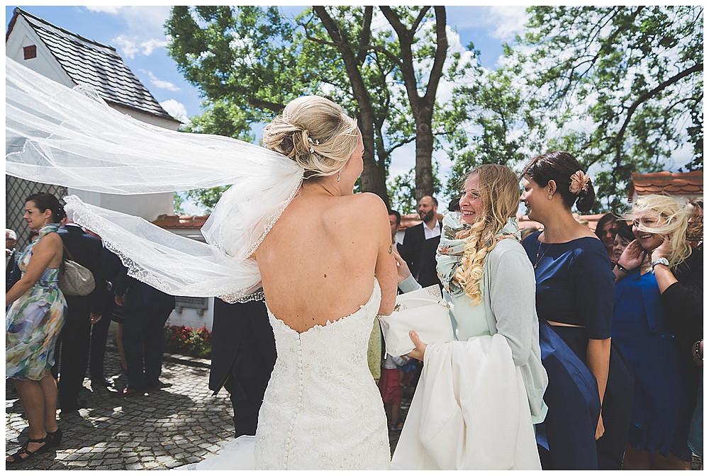 Hochzeitsfotograf Augsburg Gästegratulation vor Kirche