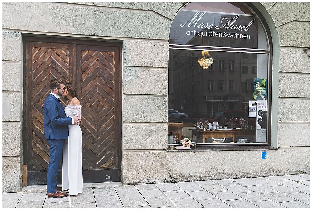 Brautpaar küsst sich in Augsburg