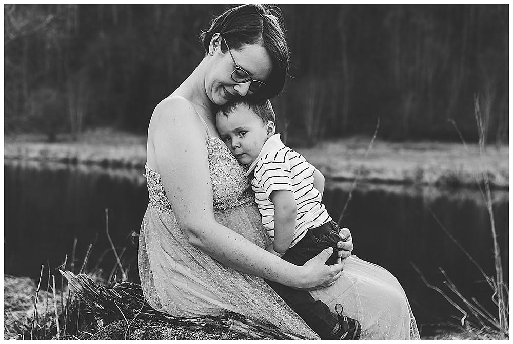 schwangere mit Sohn kuschelt