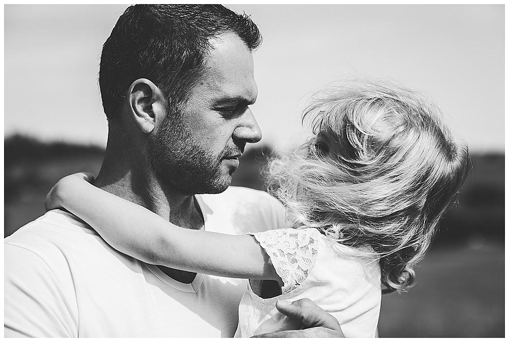 Papa und Tochter schauen sich tief in die Augen
