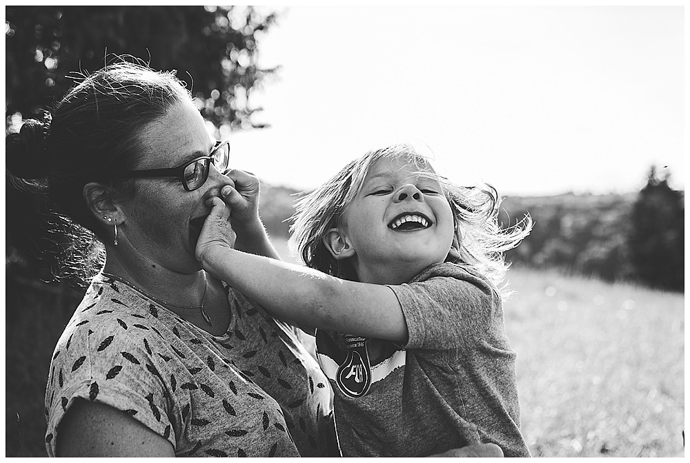 Famiienshooting Sohn und Mama mit Eselsburger Tal
