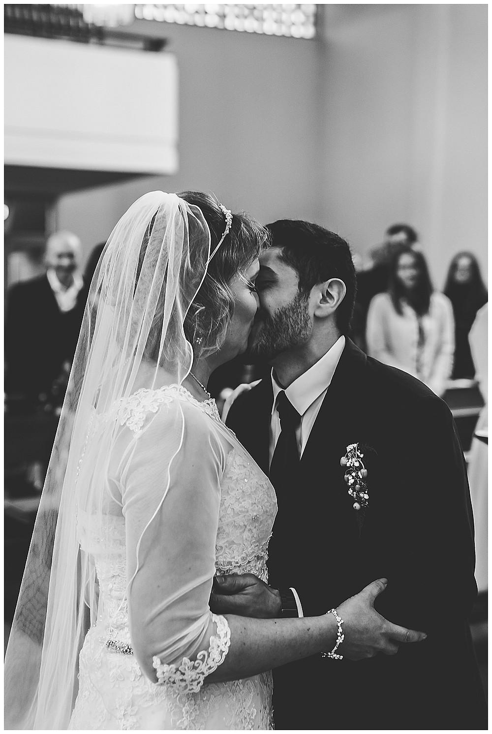 Hochzeitsfotograf Heidenheim  Kuss in Kirche