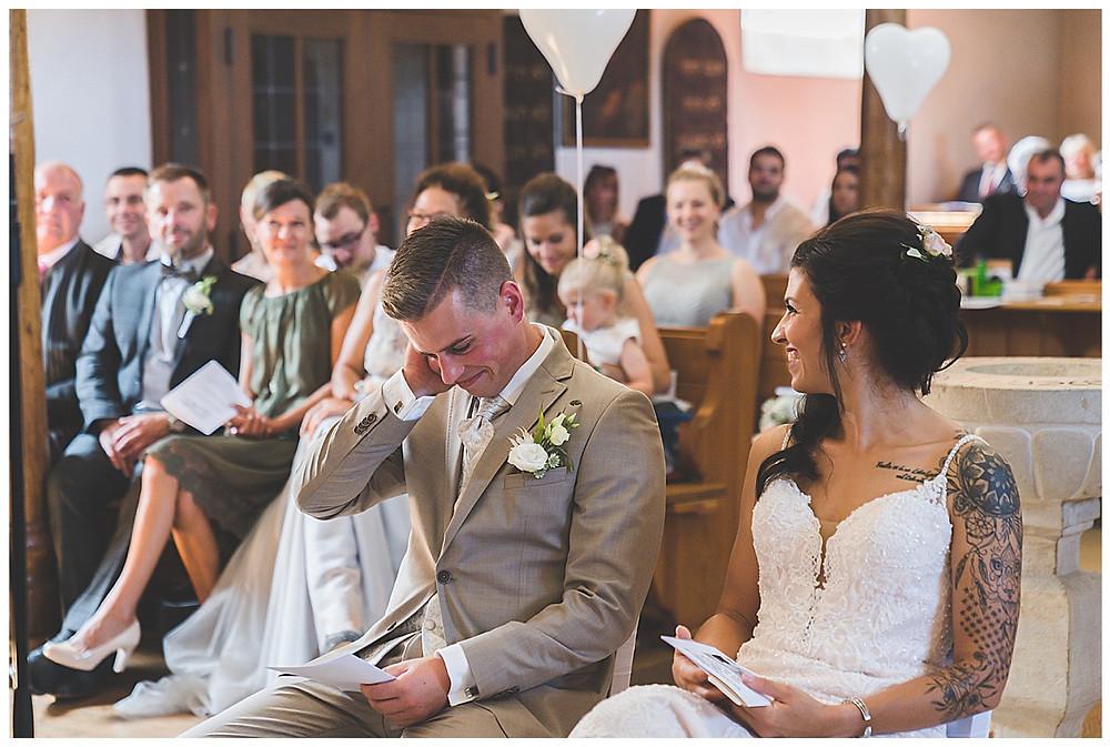 lachendes Brautpaar in Kirche an der Hochzeit