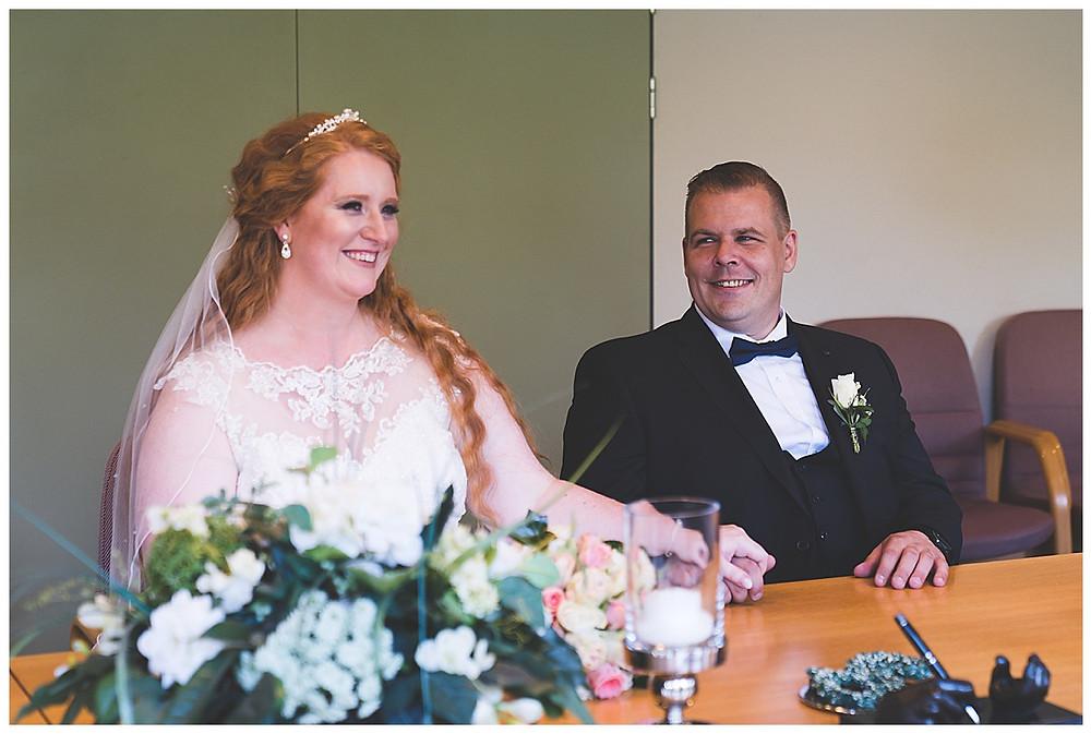 Bräutigam schaut Braut im Standesamt Ammersbek an