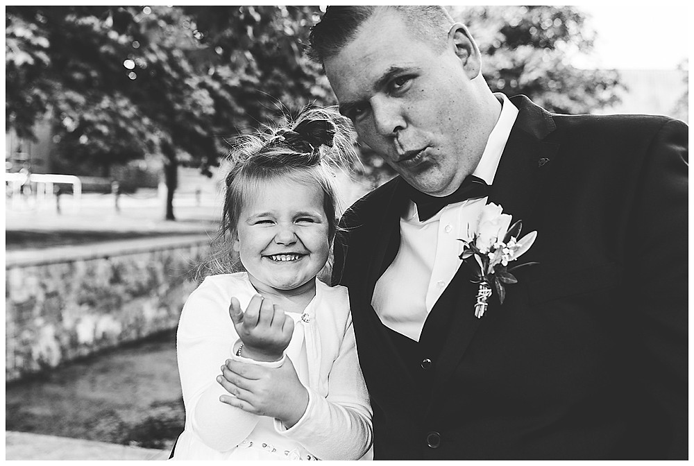 Bräutigam und Tochter machen Grimassen