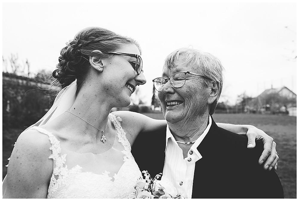 Oma und Braut lachen