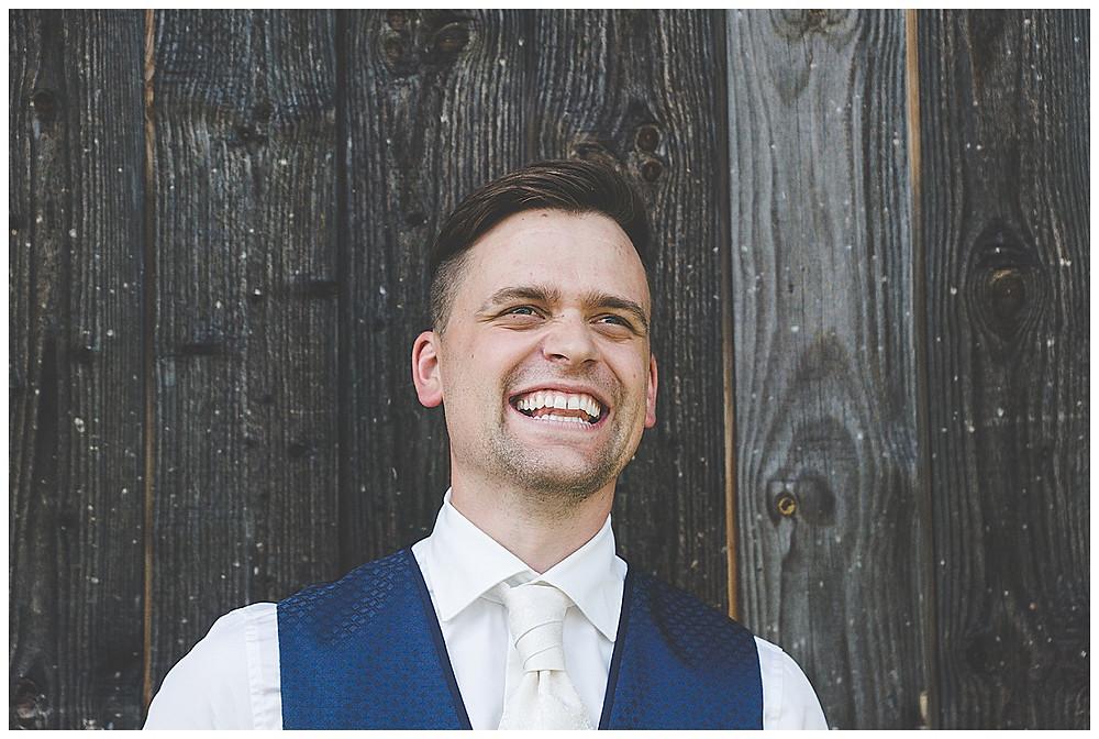 lachender Bräutigam im Allgäu
