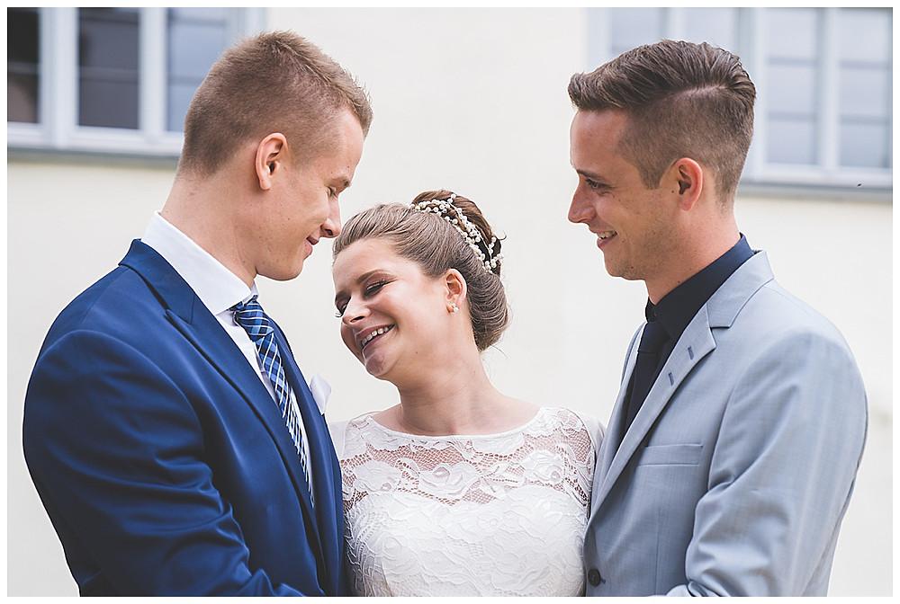 Braut mit Brüdern lachend Hochzeitsfotograf Heidenheim Kloster Herbrechtingen