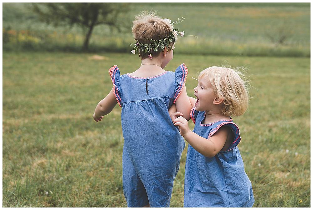 Schwestern spielen ringelrei