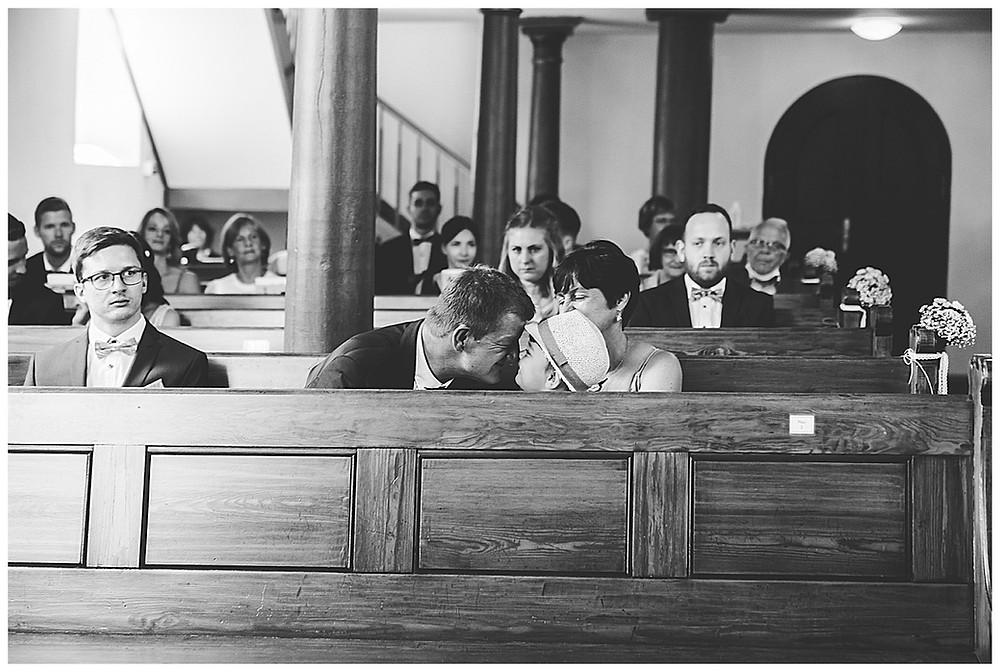 Gäste in Kirche bei Hochzeit