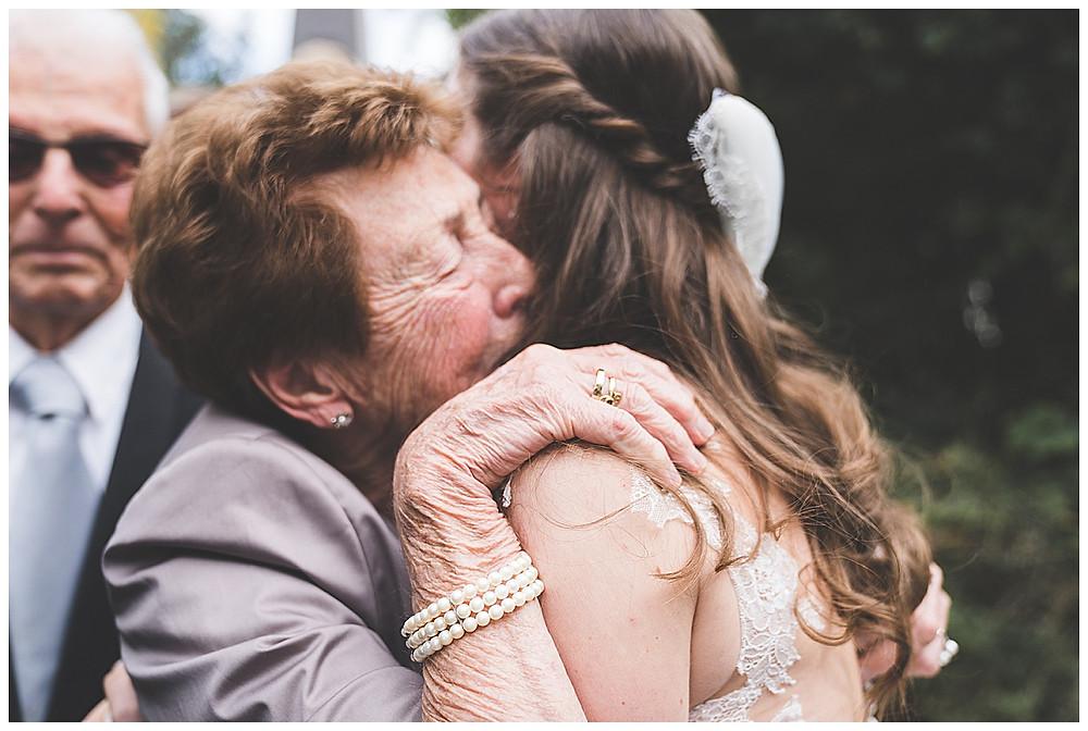 Oma gratuliert Enkelin zur Hochzeit Biberach