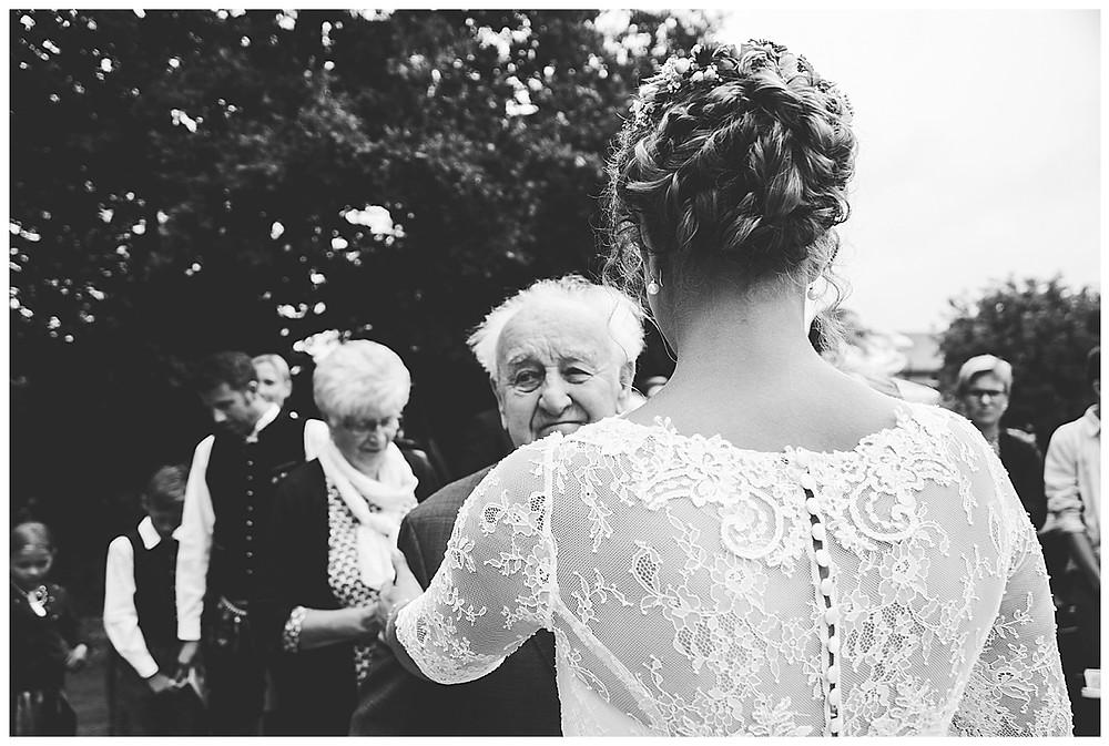 Alter Mann gratuliert gerührt Braut