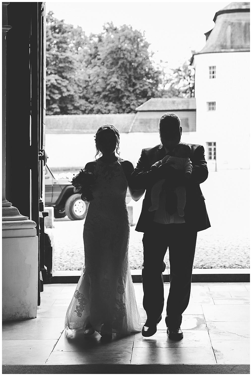 Braut und Papa kommen in Kirche