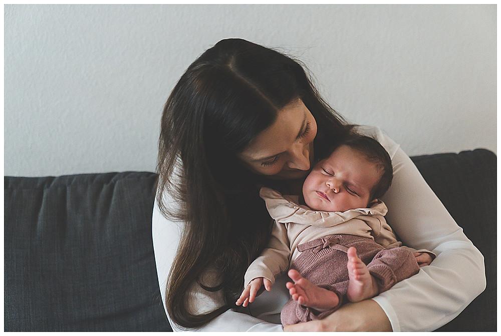 Mama küsst ihr Baby zuhause