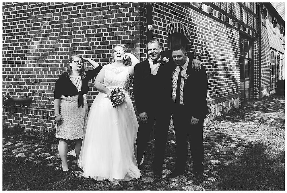 Brautpaar macht Spaßbilder mit den Trauzeugen