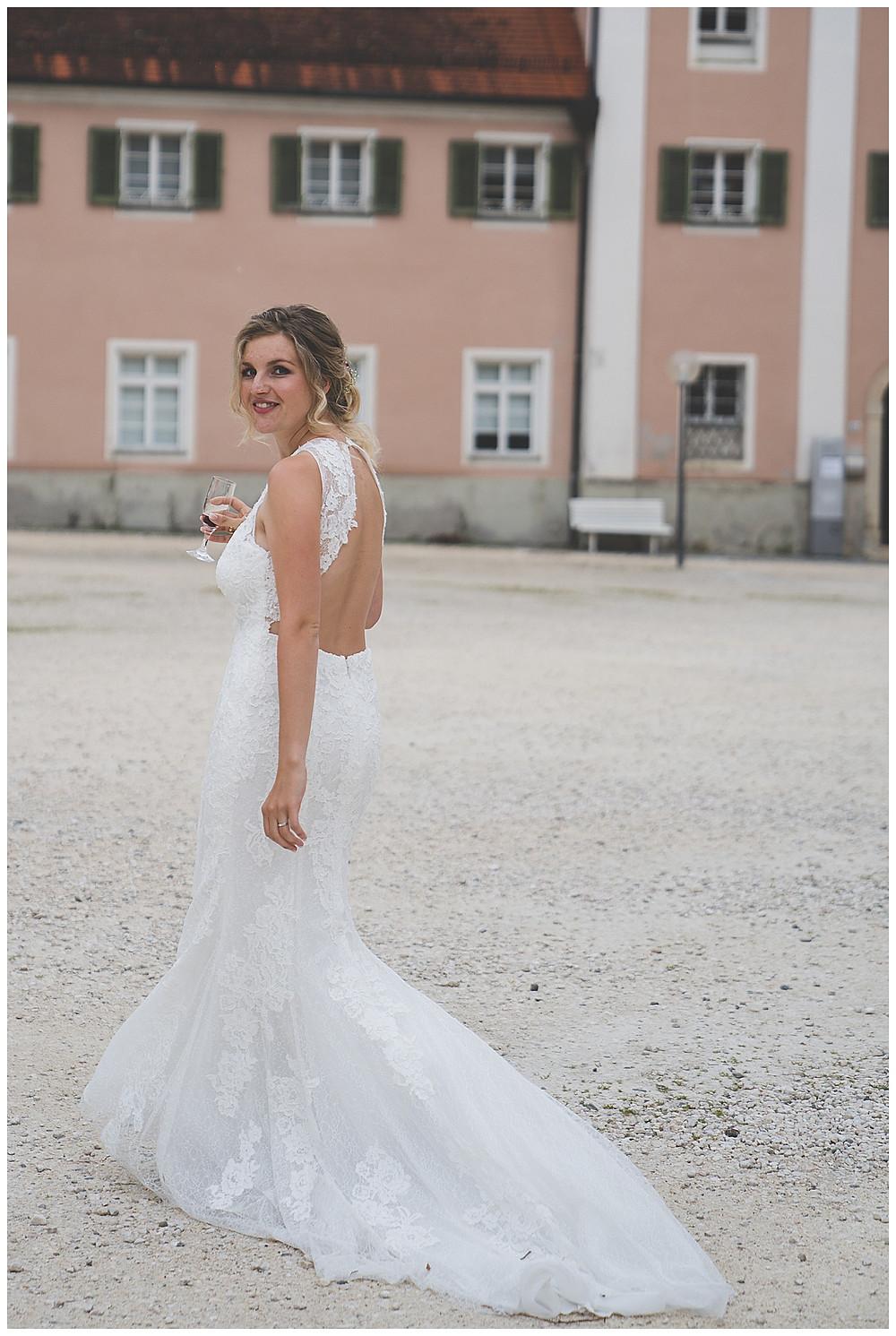 Braut im Klosterhof