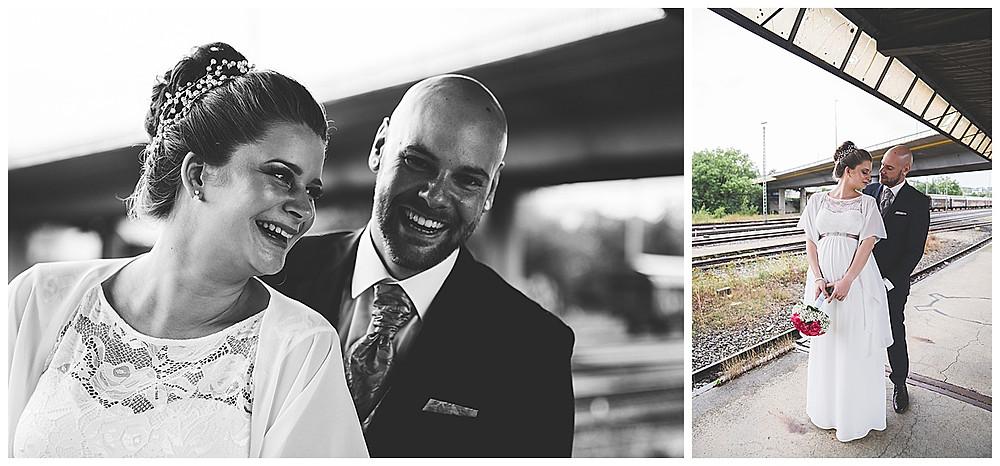 lachendes Brautpaar am Bahnhof bei Brautpaarshoot Hochzeitsfotograf Heidenheim
