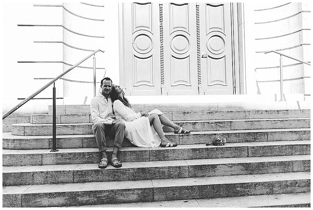 Brautpaar sitzt vor Kirche Crailsheim