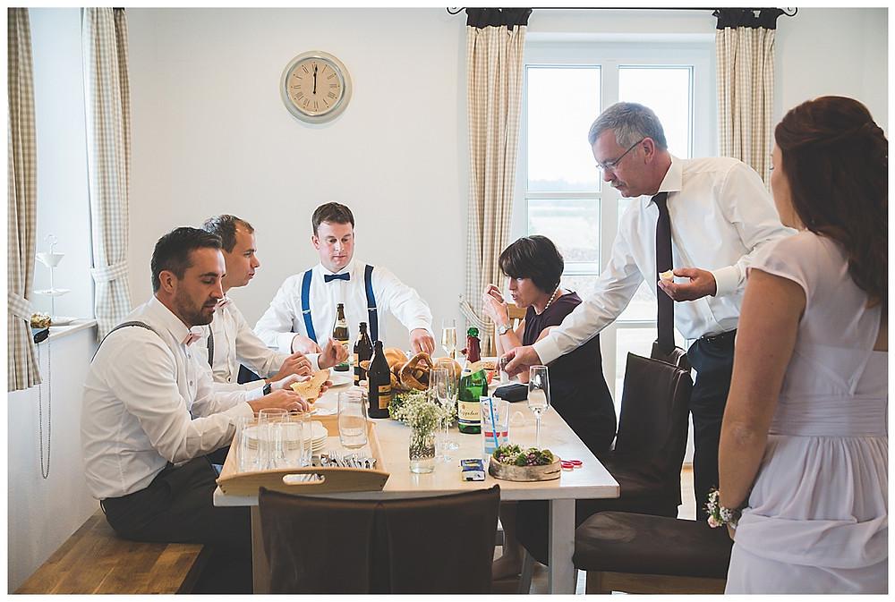 Brautpaar und Familie Frühstücken