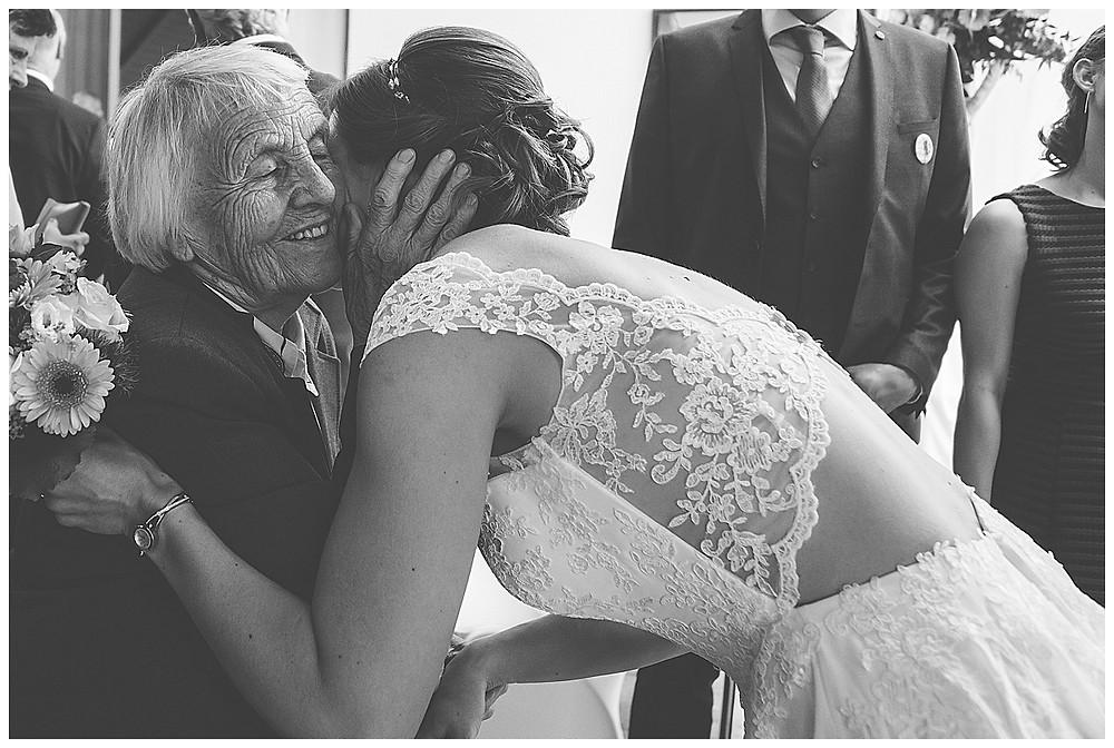 Oma gratuliert Braut