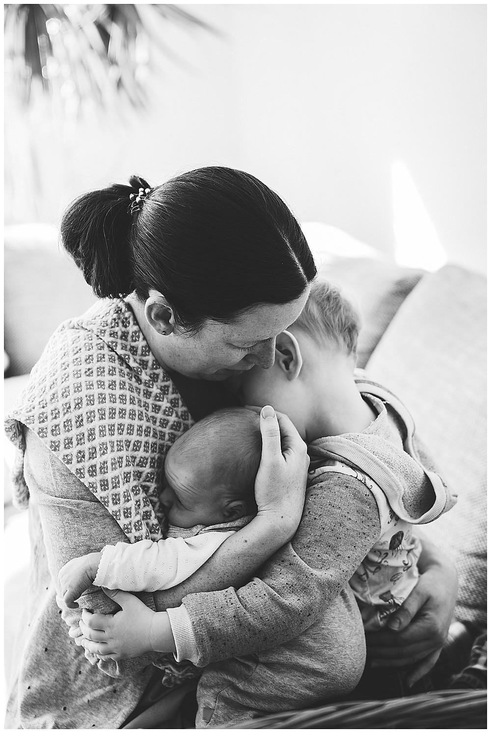 mama umarmt ihre Kinder