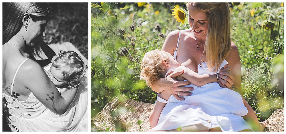 Mama stillt Kind im Sonnenblumenfeld