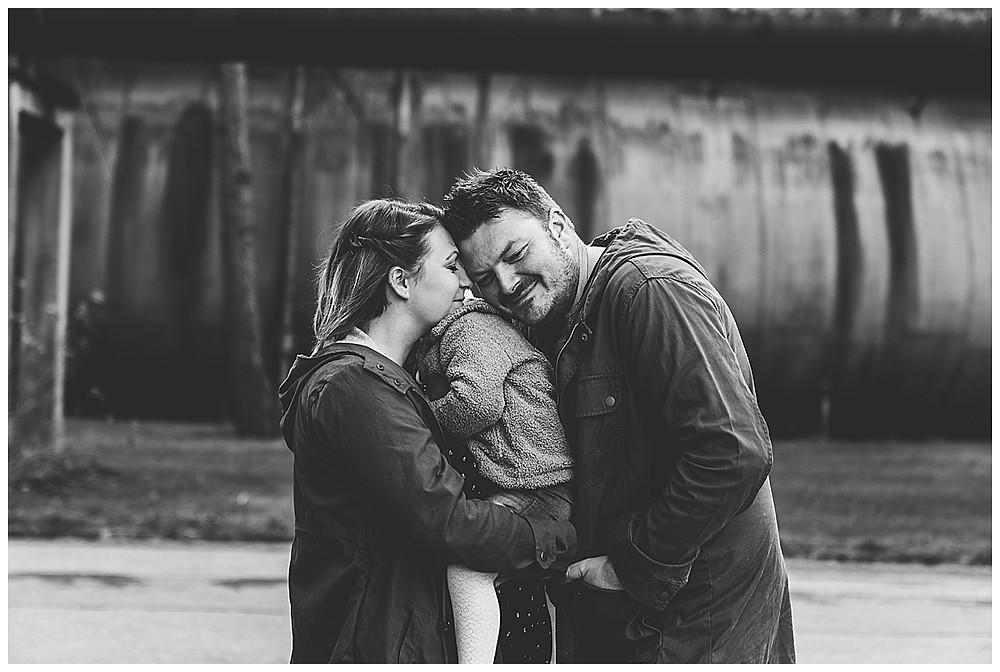 Familie kuschelt bei Schwangerschaftsshooting