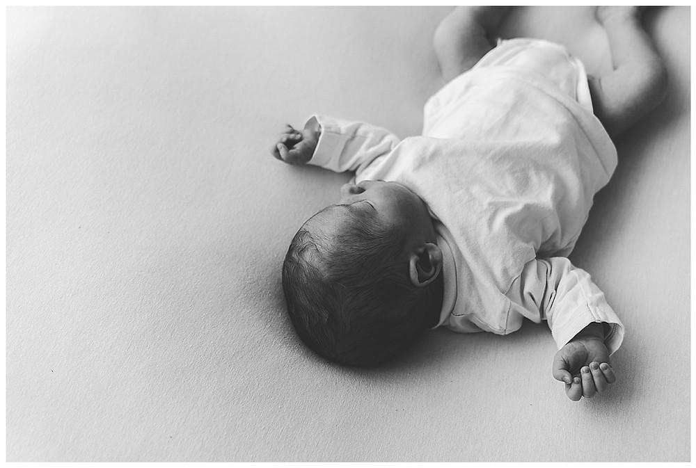 schlafendes baby bei babyshooting im Fotostudio
