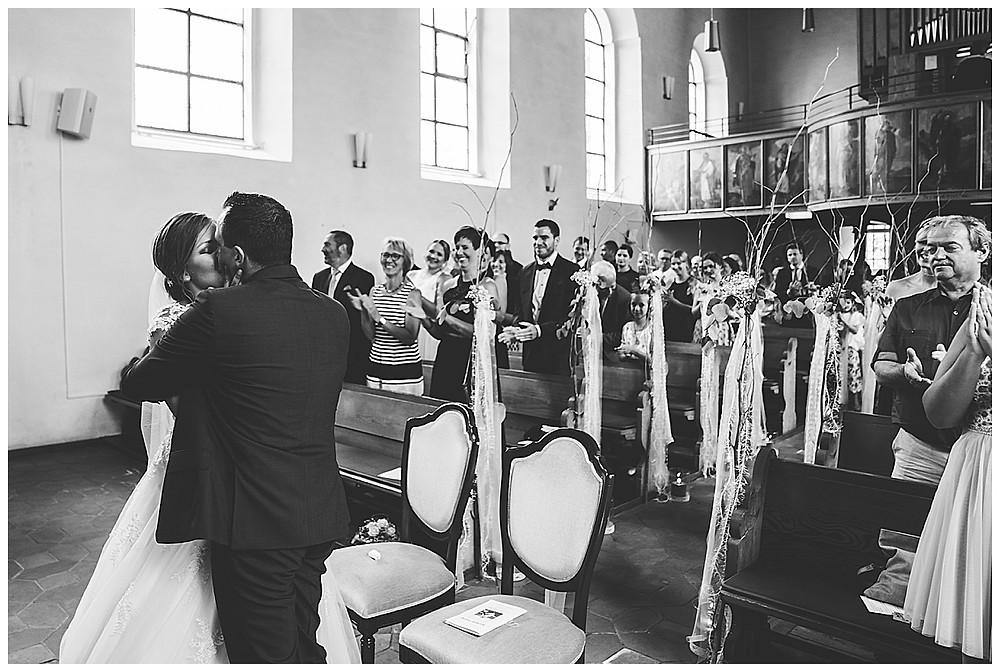 kirchliche Hochzeit Kirche Hürben  Kuss