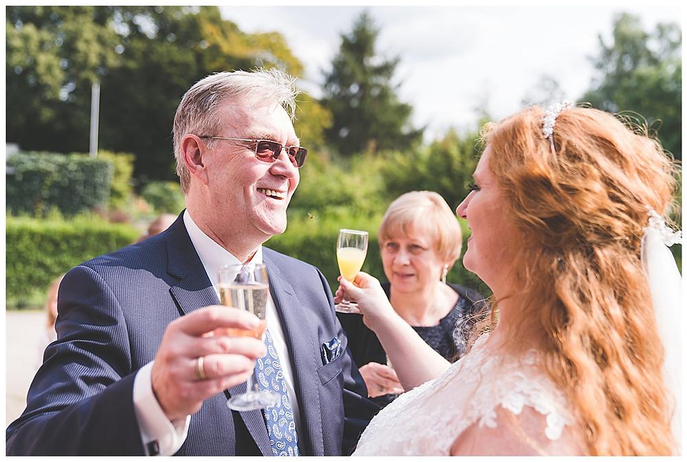 Brautpapa stößt mit Braut in Hamburg an