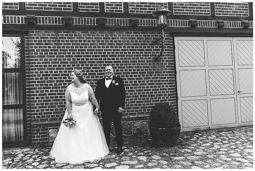 Braut lacht bei Brautpaarshoot in Ammersbek