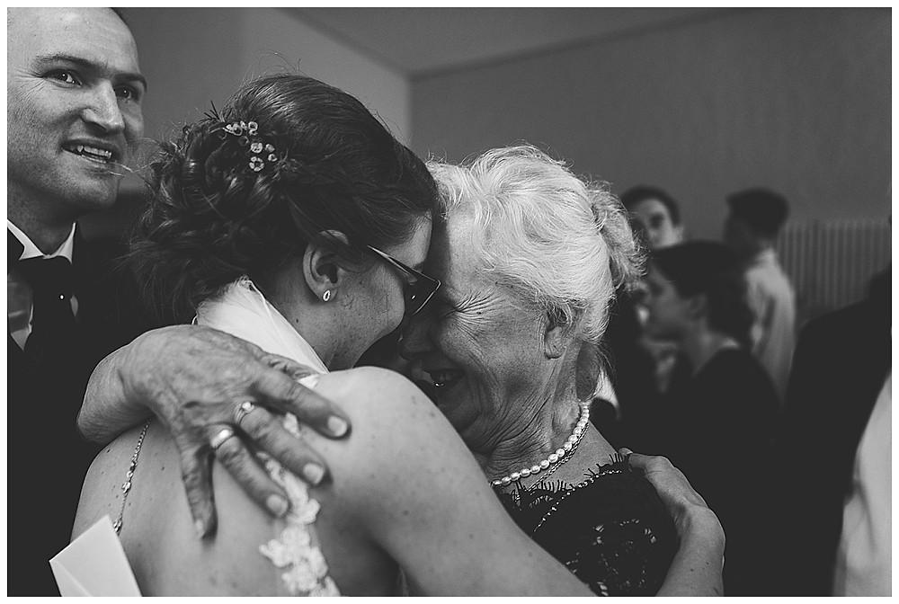 Gratulation an Hochzeit arm in arm mir Gästen