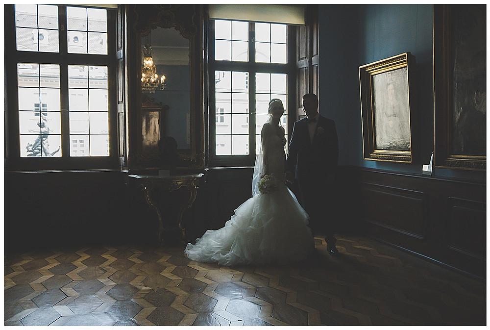 Brautpaar bei Shooting Hand in Hand