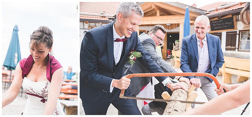 Brautpaar Berghochzeit Baumstamm sägen