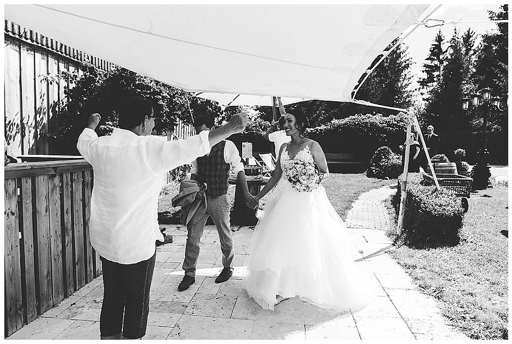 Brautpaar kommt an Scheunenwirtin an