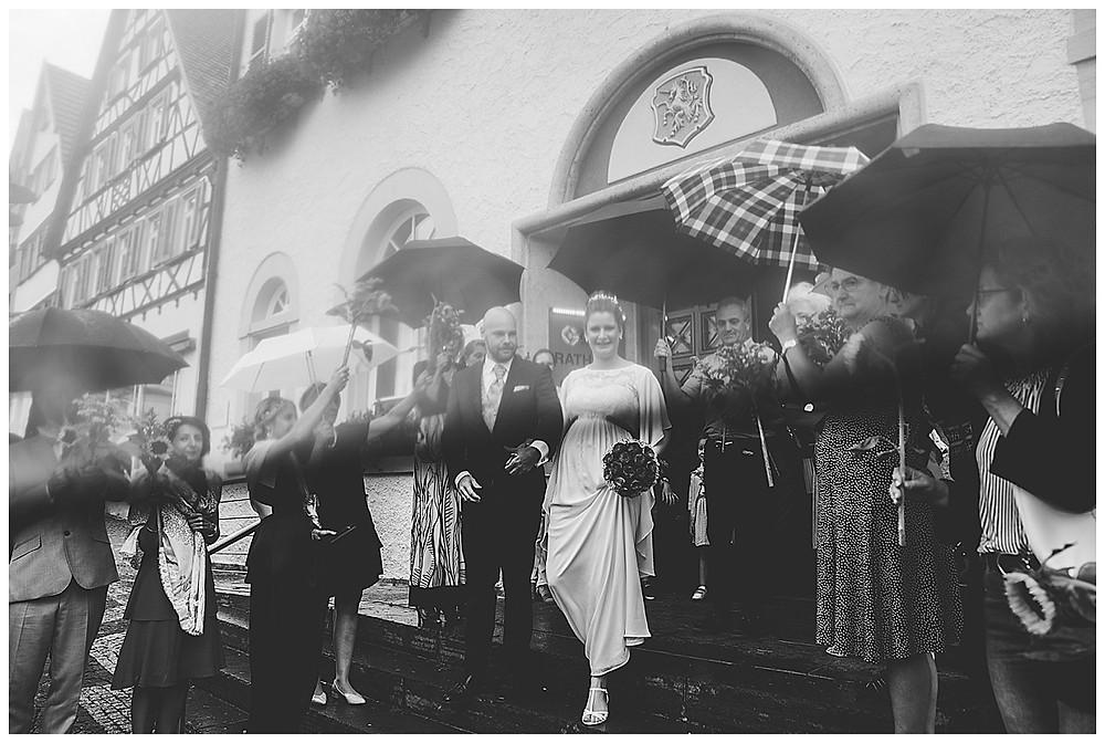 Hochzeitsfotograf Heidenheim Gratulation Standesamt Giengen mit Blumen