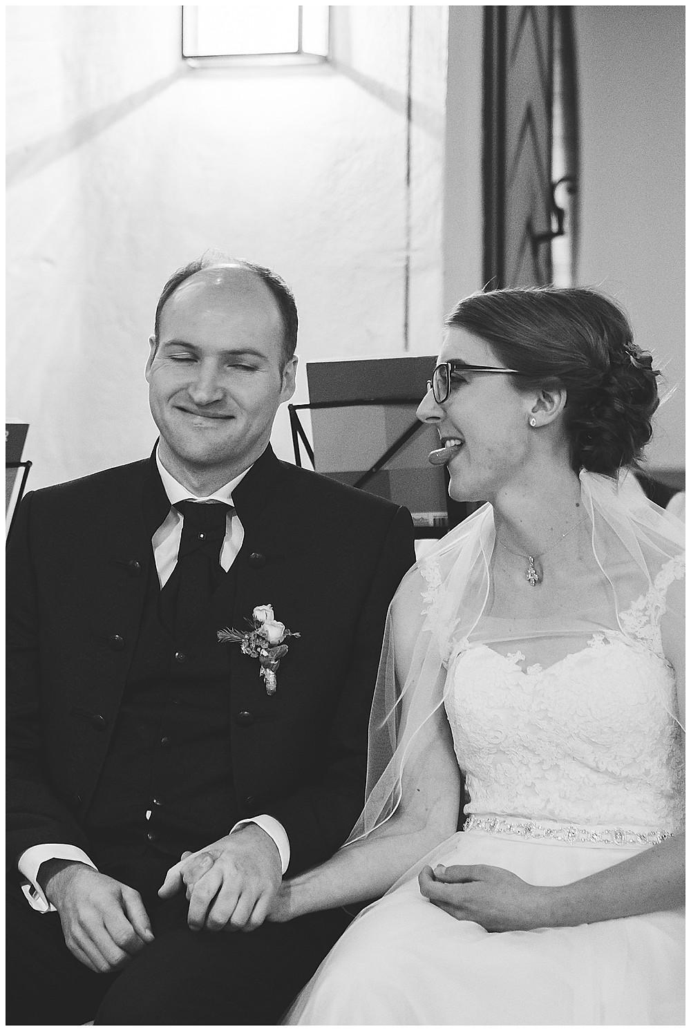 Brautpaar scherzt in Kirche bei Hochzeit