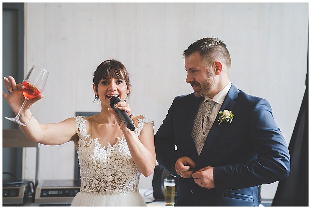 Brautpaar mit Weinglas in der Hand