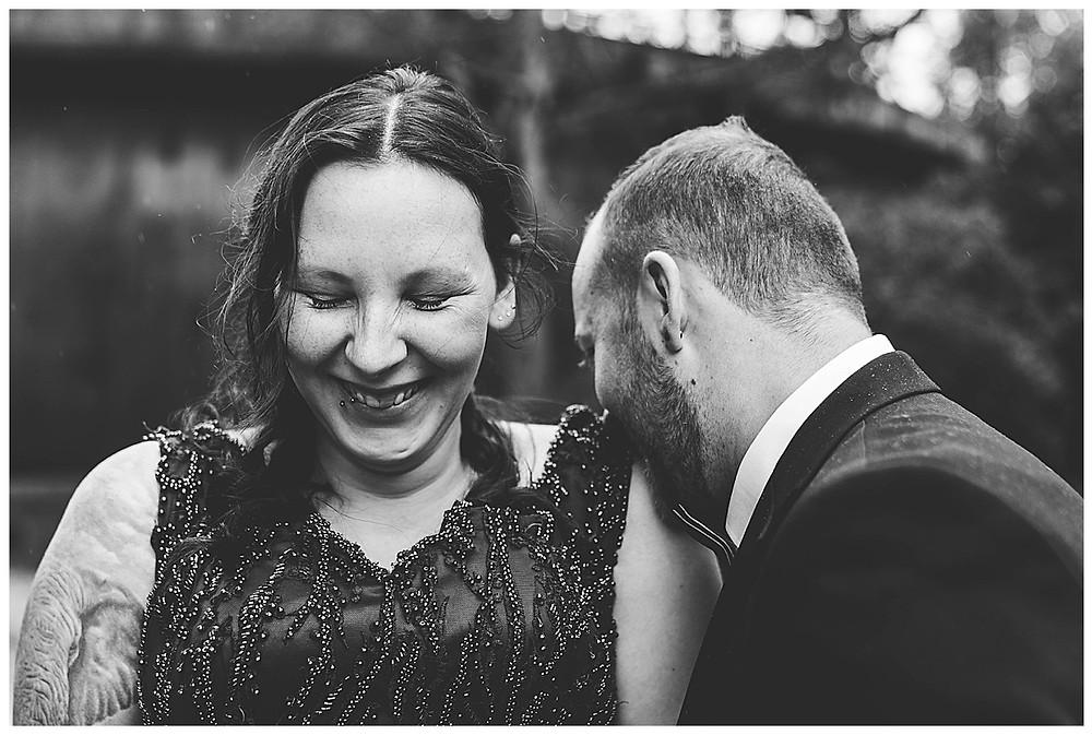 Bräutigam küsst Braut auf Schulter beim Fotoshooting im Gaswerk in Augsburg