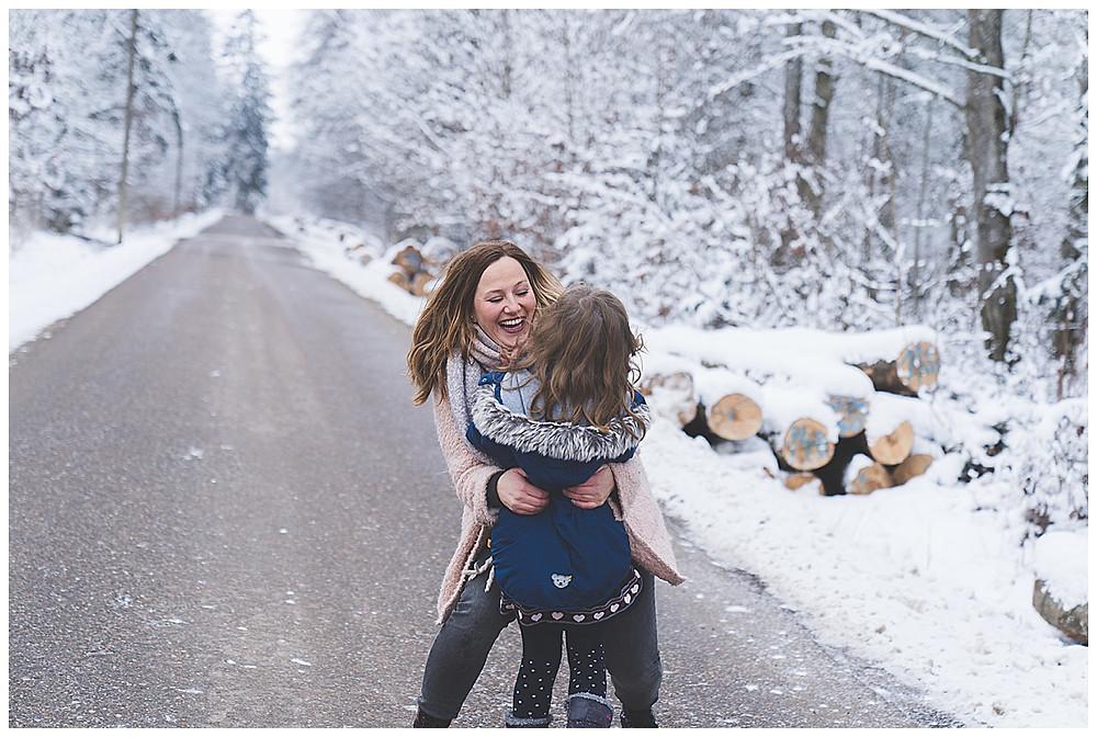 Tochter rennt Mama in die Arme