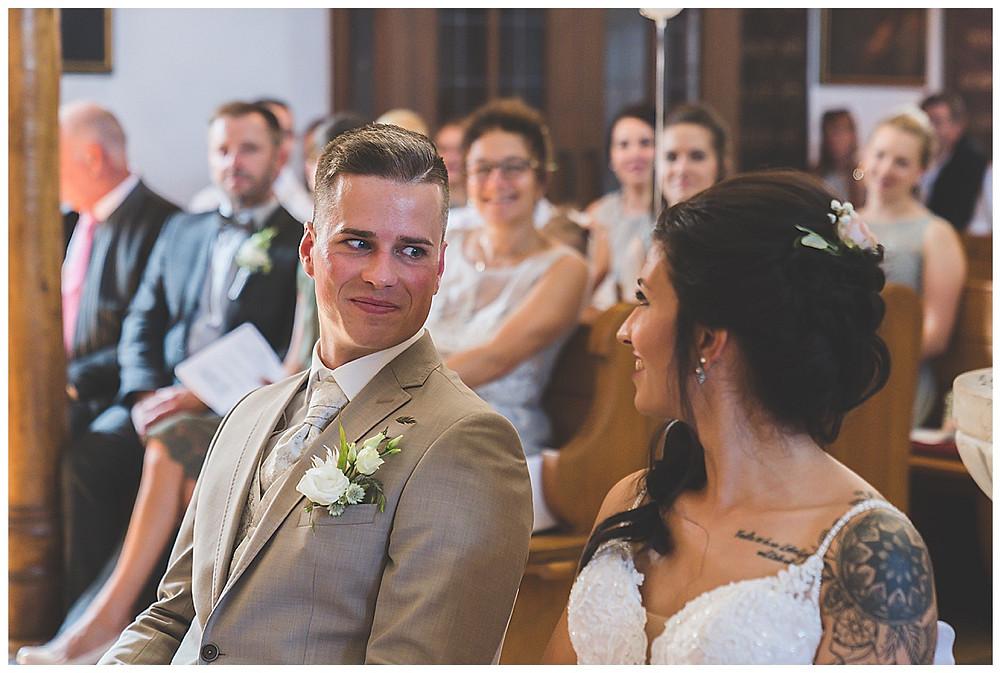 tiefe Blicke in der Kirche vom Brautpaar