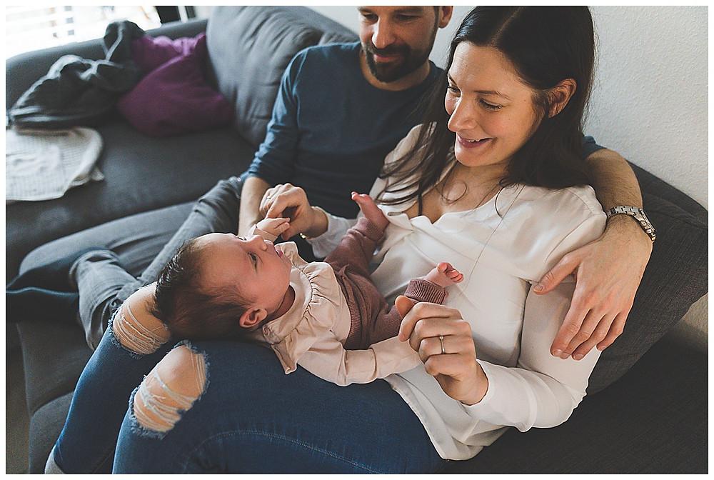 Eltern mit Baby beim Homereportage