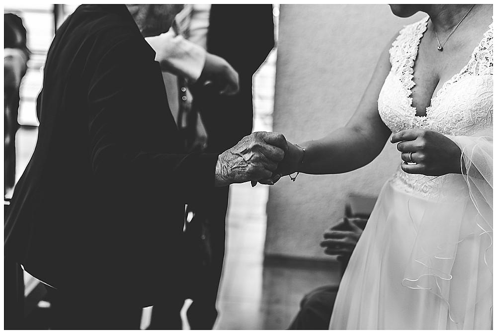 Hand Oma und Braut